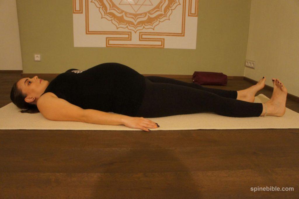 йога для беременных с учетом корректного подхода к позвоночнику. Шавасана