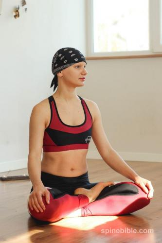 асана йоги с учетом корректного подхода к позвоночнику
